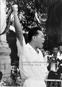 Lee Kuan Yew shouting Merdeka! after returning to Singapore from teh Second Merdeka Talks in London led by the Labour Front Government at Lim Yew Hock, then Chief MInister of Singapore. Source: NAS