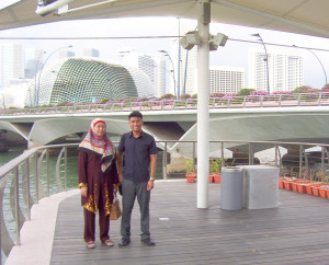 A trash can marks the spot – the former location of the Merlion and its Cub when I visited the spot at Tanjong Singapura / Kuala Temasik in 2004 (with mum in tow).